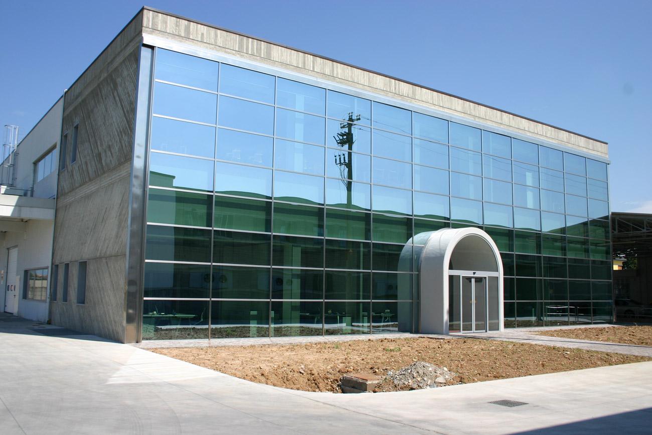 Produzione di facciate continue per aziende coccia c - Parete vetrata esterna ...