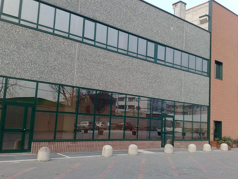 finestre-a-nastro-in-alluminio-con-vetro-riflettente-+-finestre-in-alluminio-a-battente
