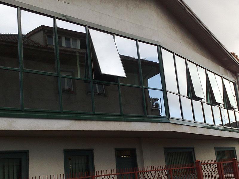 Finestre a nastro in alluminio con vetri riflettenti for Finestre in alluminio