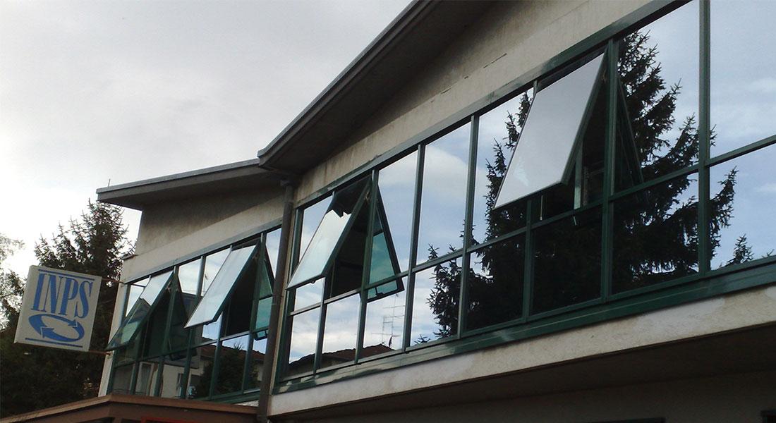 Finestre a nastro in alluminio con vetri riflettenti - Finestre in alluminio milano ...